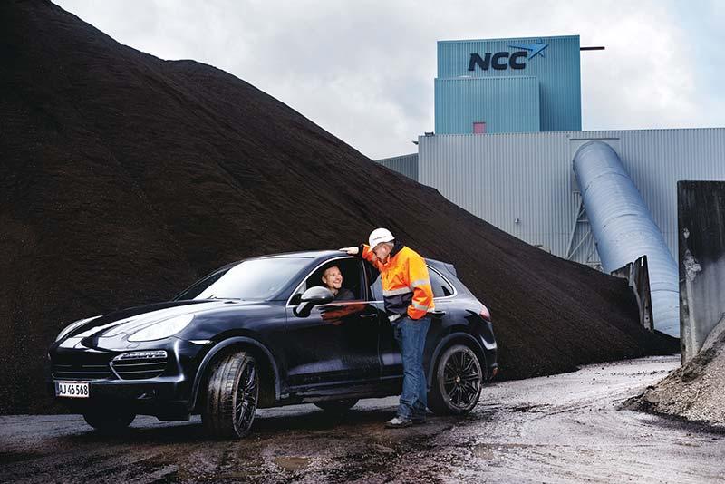 """Den """"højbenede"""" Porsche på besøg hos NCC, hvor MIS Recycling knuser og sorterer asfalt."""