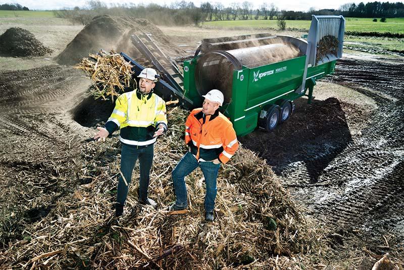 Henrik og Martin tjekker kvaliteten af deres nye forretningsområde: biomasse.