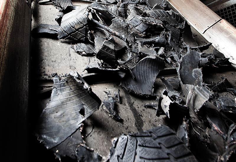 De gamle bildæk neddeles til shreds – store dækstykker